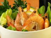 Shrimps in a healthy salad — Stockfoto