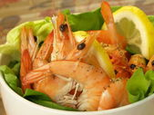 Shrimps, lettuce, lemon, closeup — Stock Photo
