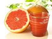 Pink grapefruit with juice — Stockfoto