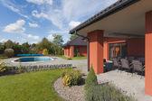 Casa y jardín piscina — Foto de Stock