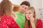 Frau entfernen von make-up — Stockfoto