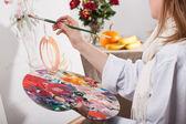 žena malování — Stock fotografie
