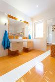 Big white and orange bathroom — Foto Stock