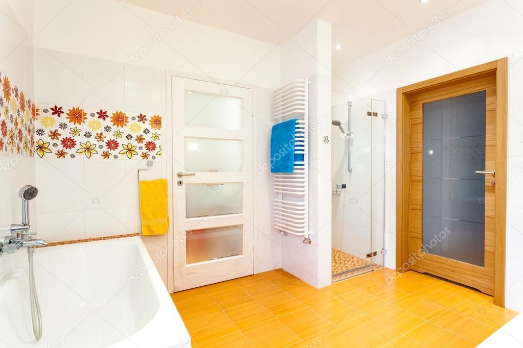 salle de bain blanc et orange avec des fleurs photographie 40201367. Black Bedroom Furniture Sets. Home Design Ideas