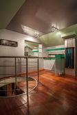 Travertin dům - moderní pokoj v podkroví — Stock fotografie