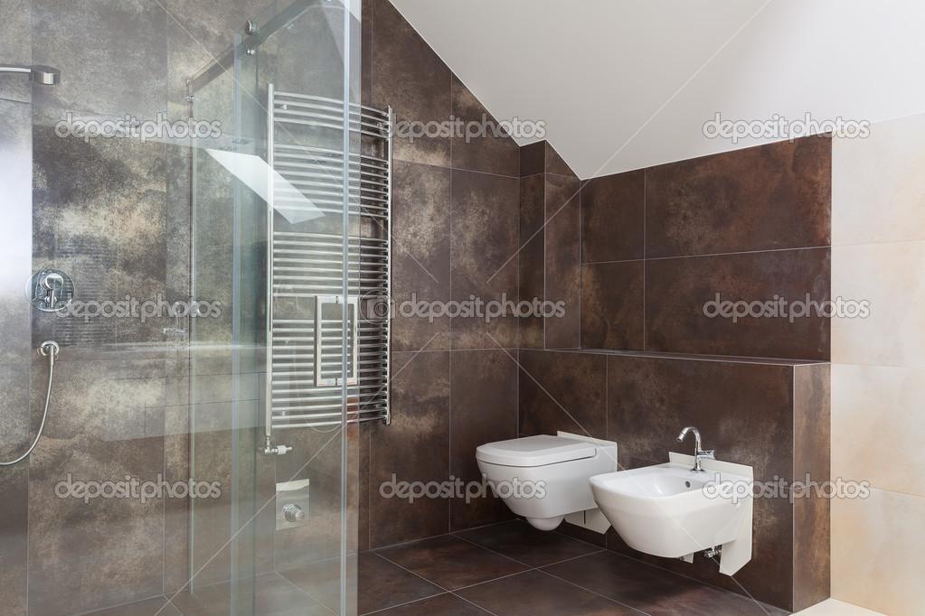 Piastrelle marrone in bagno moderno — Foto Stock #40643883