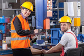Production worker at workplace and supervisor — Stock Photo