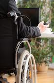 Mensagens de empresário com deficiência durante o trabalho — Fotografia Stock