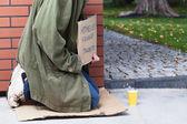Mendigo pidiendo dinero y comida — Foto de Stock