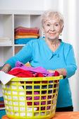 Elderdly dam med tvätt — Stockfoto