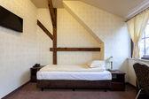 Elegante schlafzimmer mit hölzernen zusatz — Stockfoto