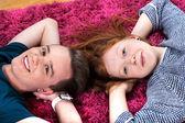 Två tonåringar liggande på matta — Stockfoto