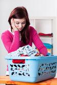 Sıkılmış kadın ve çamaşırhane ile kutu — Stok fotoğraf