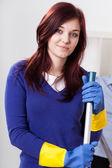 Mujer joven con guantes y limpieza — Foto de Stock