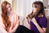 Friends talking about one's hair — Stock Photo