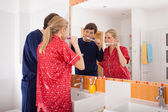 Casal escovando os dentes — Foto Stock