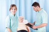 Terapeuter gör medicinsk undersökning — Stockfoto