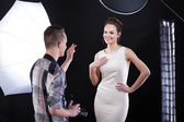 Photpgrapher telling compliment to his model — Stock Photo