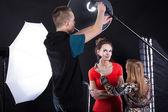 Photographer fixing a flesh light — Stock Photo
