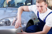 Mechanic repairing car scratching — Stock Photo