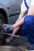 ändra platt däck i garage — Stockfoto