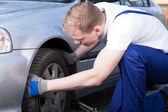 механик меняющихся колеса автомобиля — Стоковое фото