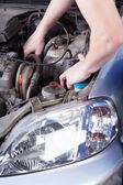 男子修理汽车引擎 — 图库照片