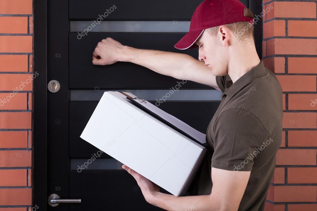 Correo llamando a la puerta del cliente fotos de stock for Correo puerta a puerta