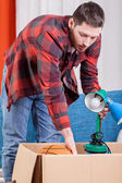 Man packing lamp — Stock Photo