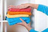 Colocar toalhas na prateleira — Fotografia Stock