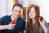 Teenagers with apples — Stockfoto