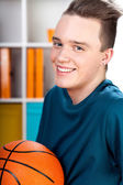 Adolescente con baloncesto — Foto de Stock