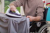 Behinderte Mensch Bügelservice Hemd — Stockfoto