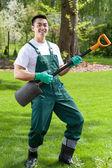 Jardinero asiático divirtiéndose en el jardín — Foto de Stock