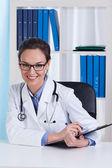 Lachende arts met een stethoscoop — Stockfoto