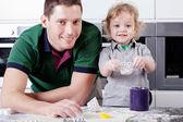 Adorável menino ajuda o pai — Fotografia Stock