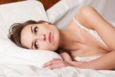 Mulher deitada na cama — Fotografia Stock