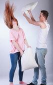 Jeune couple ayant pillow fight — Photo