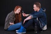 студенты курение сигарет и употребление алкоголя — Стоковое фото
