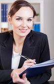 Geschäftsfrau in notizbuch schreiben — Stockfoto