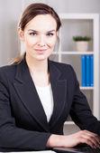 Geschäftsfrau, die am computer arbeiten — Stockfoto