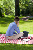 Mujer hablando por teléfono móvil — Foto de Stock