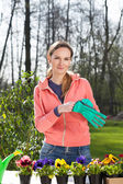 Woman working in garden — Stockfoto