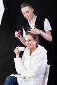 Hairdresser and model — Stockfoto