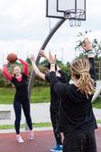 Friends playing basketball — ストック写真