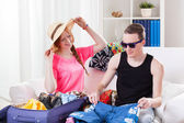 Young couple packing luggage — Foto de Stock