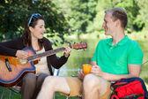 Tocando la guitarra chica — Foto de Stock