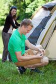 Couple pitching a tent — Foto de Stock