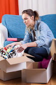Girl moving flat — Stock Photo