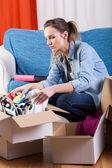 Girl moving flat — Stock Photo